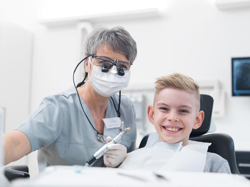 Kind lacht nach einer Prophylaxe