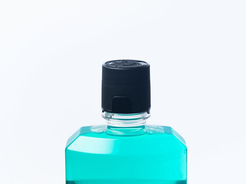 Mundspülung in einer Flasche
