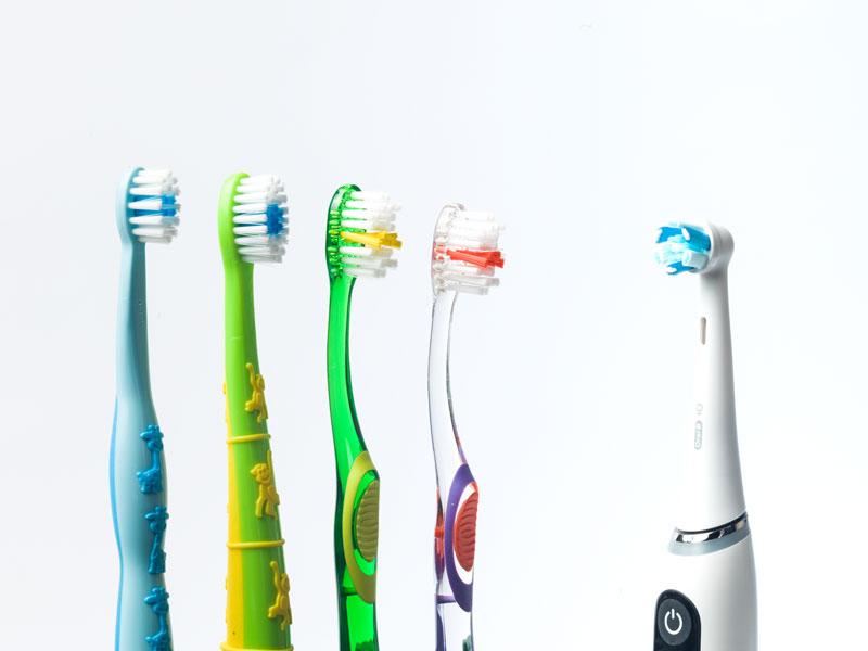 Zahnbürsten und eine elektrische Zahnbürste