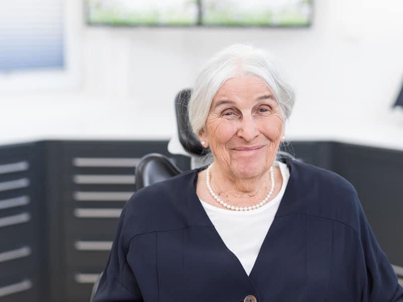 Zahnimplantate bei älterer Frau
