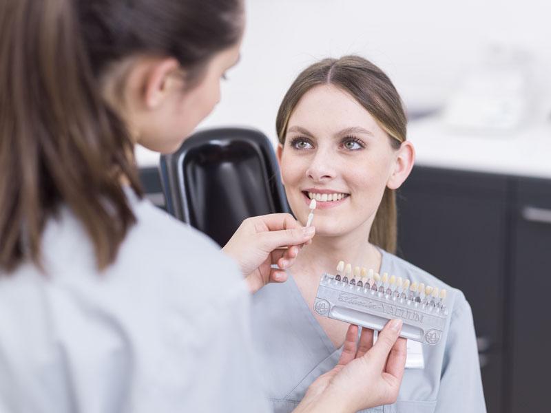 Zähne einer Frau werden kontrolliert