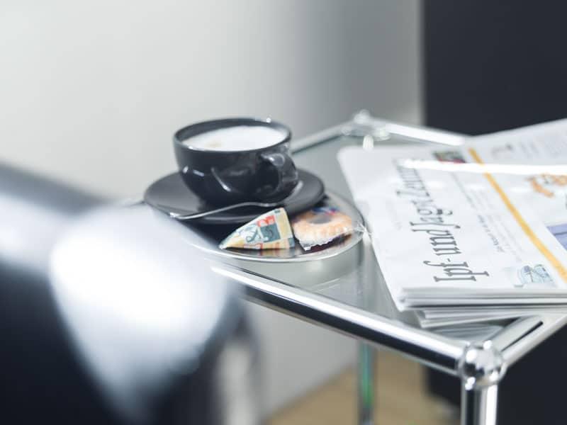 Kaffee im Zahnarzt Wartezimmer